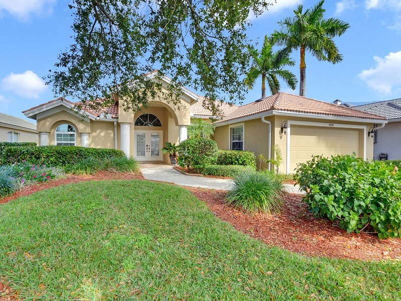 Gorgeous 3/2 Lakefront Briarwood Pool Home, vacation rental in Naples