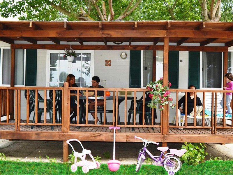 Well-kept chalet with covered veranda on Lake Trasimeno, location de vacances à Tuoro sul Trasimeno