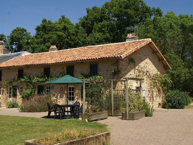 Holiday Home in Pressac with Swimming Pool, Pond, Heating, aluguéis de temporada em Usson-du-Poitou