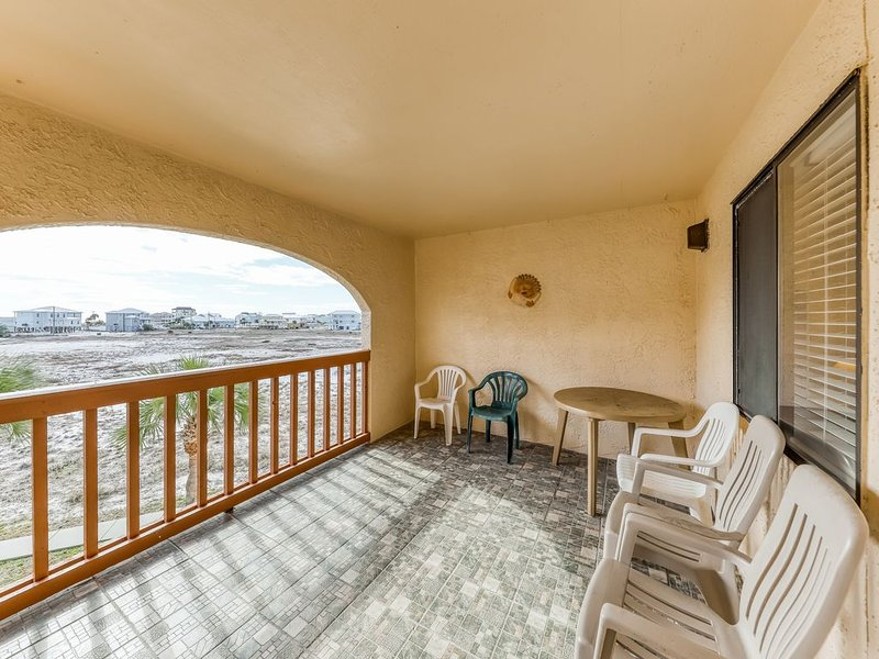 Cozy coastal condo w/ a furnished balcony, shared pool, & easy beach access, location de vacances à Navarre