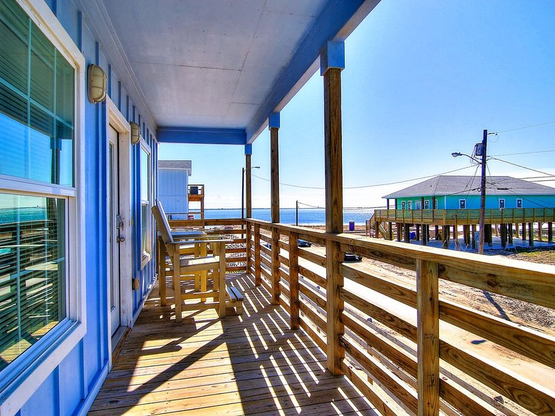 Enjoy breathtaking bay views from the comfort of a large front deck., vacation rental in Corpus Christi