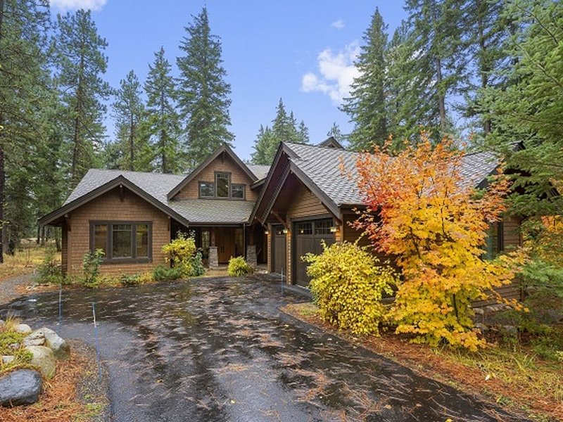 New Luxurious Home with Hot Tub, Fire Pit, Private Backyard, and Dining for 14!, alquiler vacacional en South Cle Elum