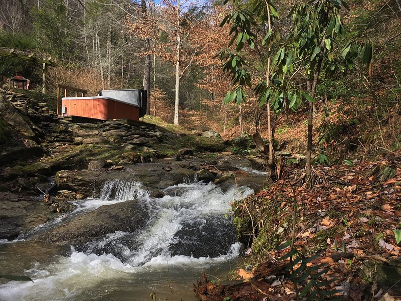 Tranquil Elegance, Secluded & Romantic-Luxury Retreat by Beautiful Creek, vacation rental in Lenoir