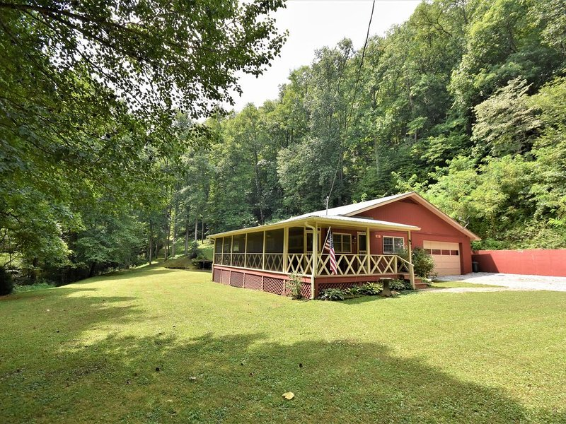 Natural Waterfall, Pond, and 2 1/2 acres of dog paradise!, holiday rental in McDonald