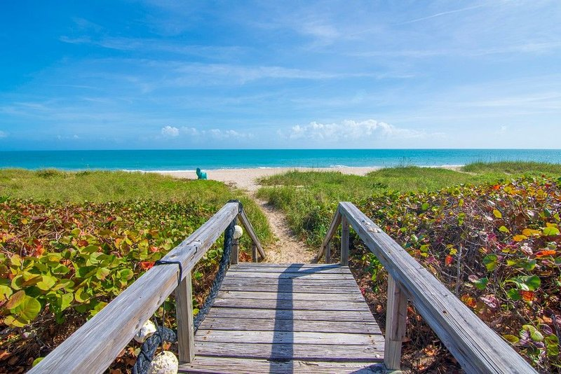 BREATHTAKING BEACH and OCEAN VIEWS - SHANGRI-LA - Private OceanFront Resort, location de vacances à Vero Beach