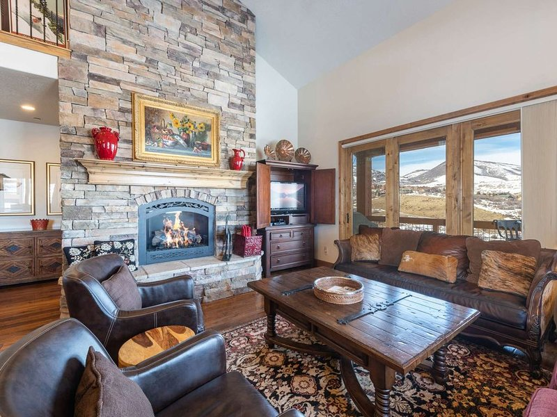 Exquisite 4BR/4.5BA Deer Valley Ski Home, Mountain & Lake Views, Private Hot Tu, holiday rental in Woodland
