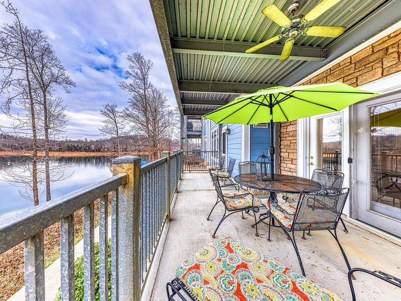 Expansive dog-friendly condo w/ lake views, shared pool, hot tub, & dock access!, location de vacances à Norris