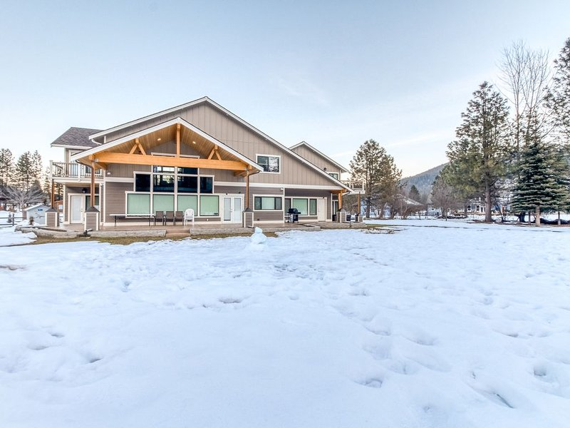 New listing! Luxury home w/ private hot tub, mountain views - close to downtown, alquiler vacacional en Cashmere