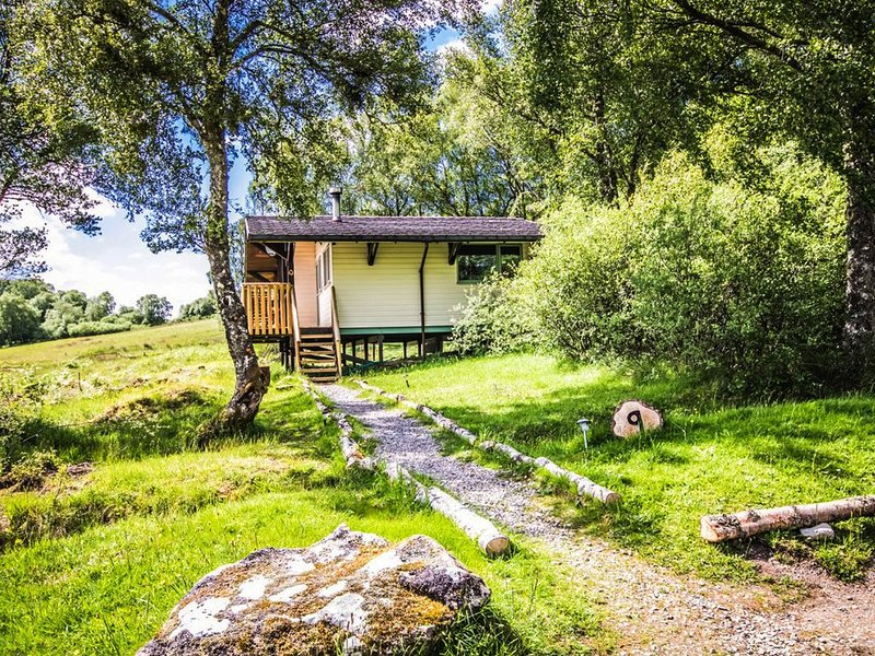 Ancarraig Lodges Above Loch Ness - Pet Friendly with Log Burner, holiday rental in Inverfarigaig