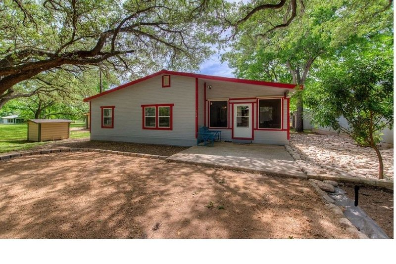 Lil Granny's Lake House--750 Sq Ft Home In A Quiet Subdivision On Lake LBJ, holiday rental in Kingsland