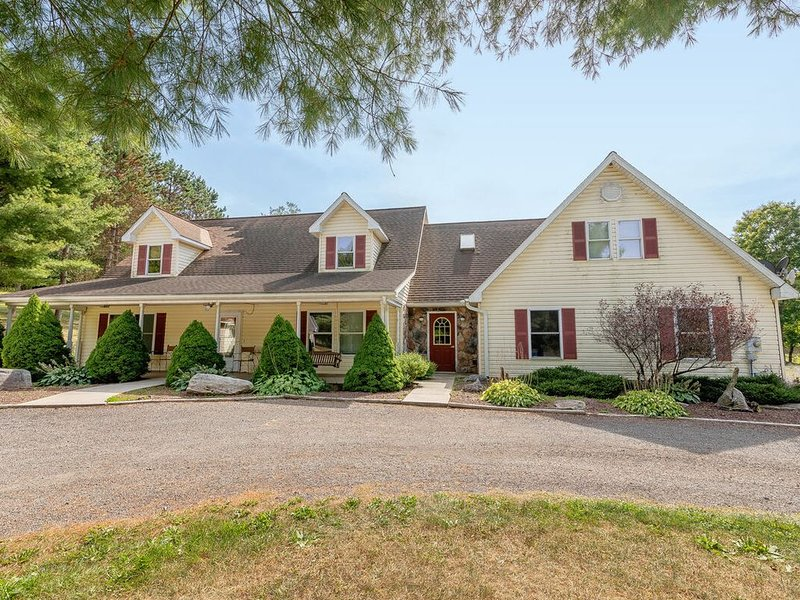 Country Style Home w/Fire Pit, & 2 Gas Fireplaces!, holiday rental in Accident