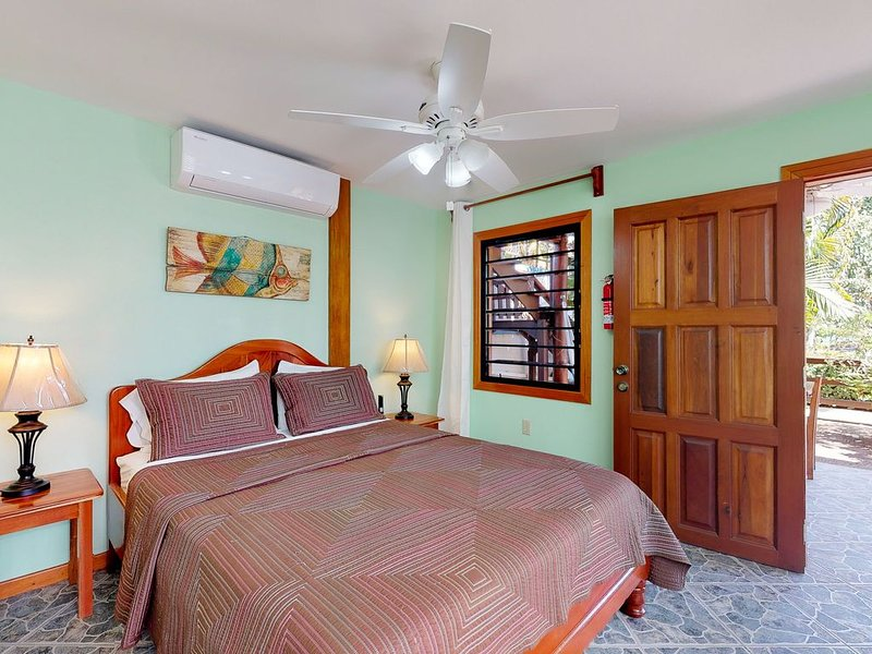 Relaxing studio w/ beach access, WiFi, cable, outdoor dining area & partial AC! – semesterbostad i Dangriga