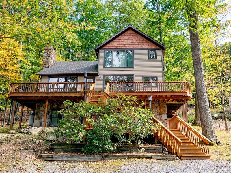 Split Lakefront Home w/Private Dock, Hot Tub, & Fire Pit!, holiday rental in Swanton