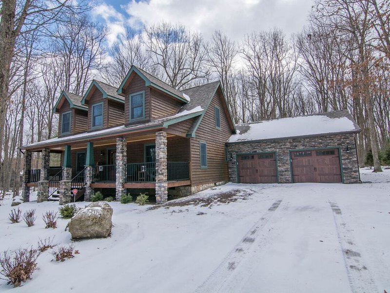 Lake Access Home w/Dock Slip, Fire Pit, Hot Tub & Access to Community Indoor Poo, vacation rental in Deer Park