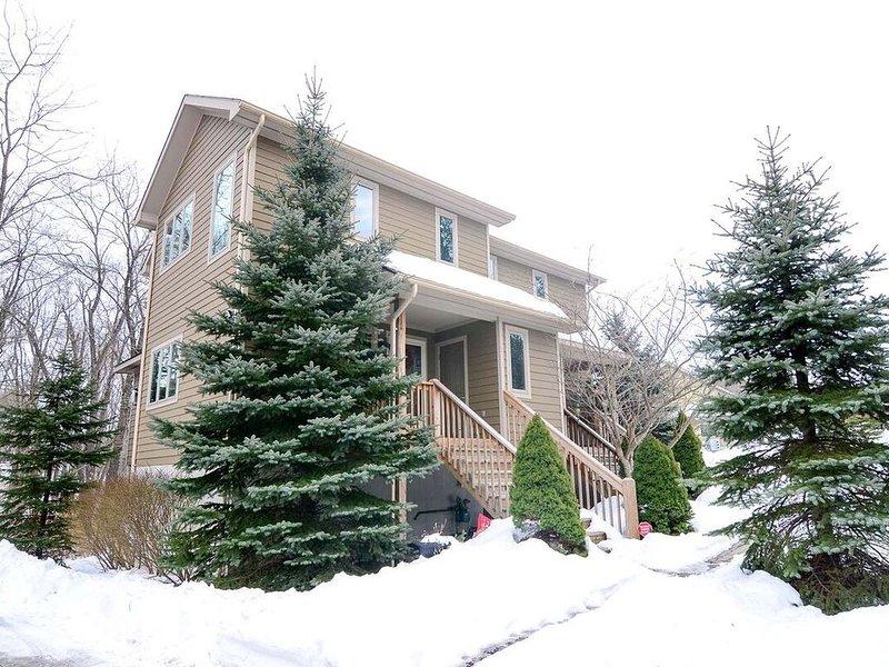 Wooded Ski Area Home w/Hot Tub, Central A/C, & Gas Fireplace!, aluguéis de temporada em Friendsville