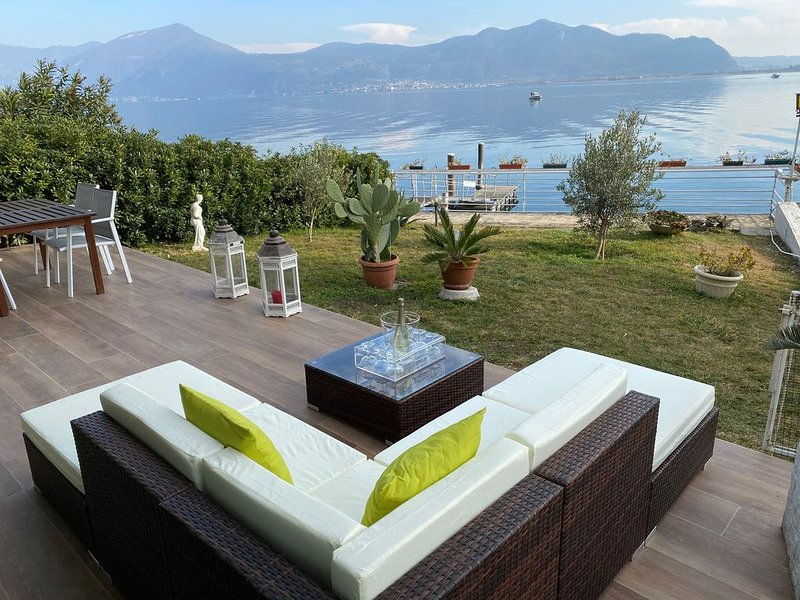 Luxury Apartment on the Lake with private garden, holiday rental in Sarnico