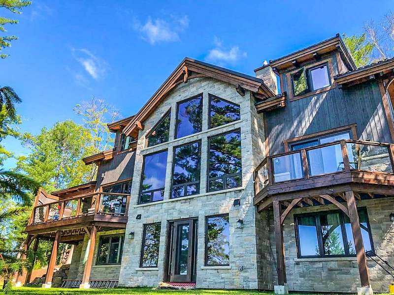 Luxury Waterfront Cottage Muskoka!!, alquiler de vacaciones en Dwight