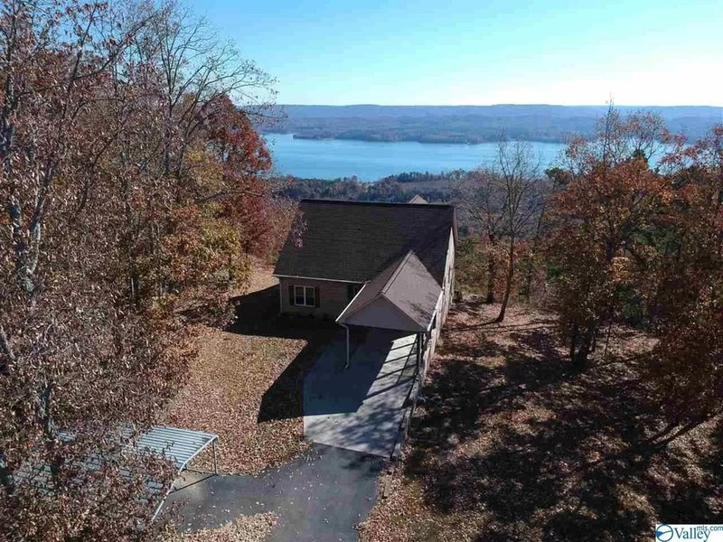 Come enjoy breathtaking views of Lake Guntersville from Bee & Bear Bluff!, holiday rental in Grant