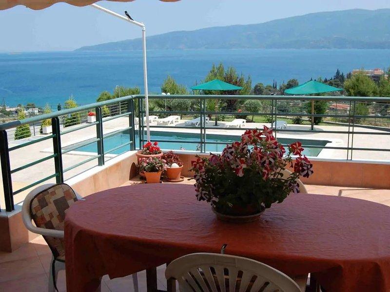 Villa Annabelle met zwembad en prachtig uitzicht op zee, holiday rental in Isthmia