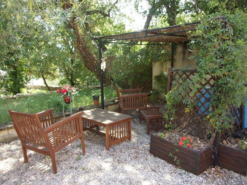 Gite 4 personnes terrasse piscine grand jardin, holiday rental in Saint-Laurent-La-Vernede