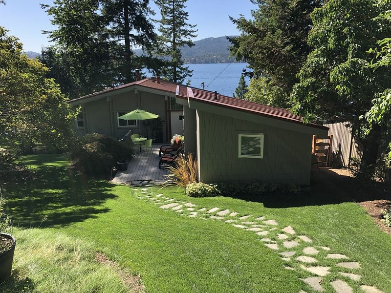 Classic Lakefront Cottage with Spectacular View and High-End Boat Dock, Lrg Slip, holiday rental in Harrison