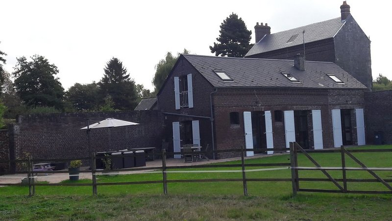 Maison bordée par la rivière, holiday rental in Eu