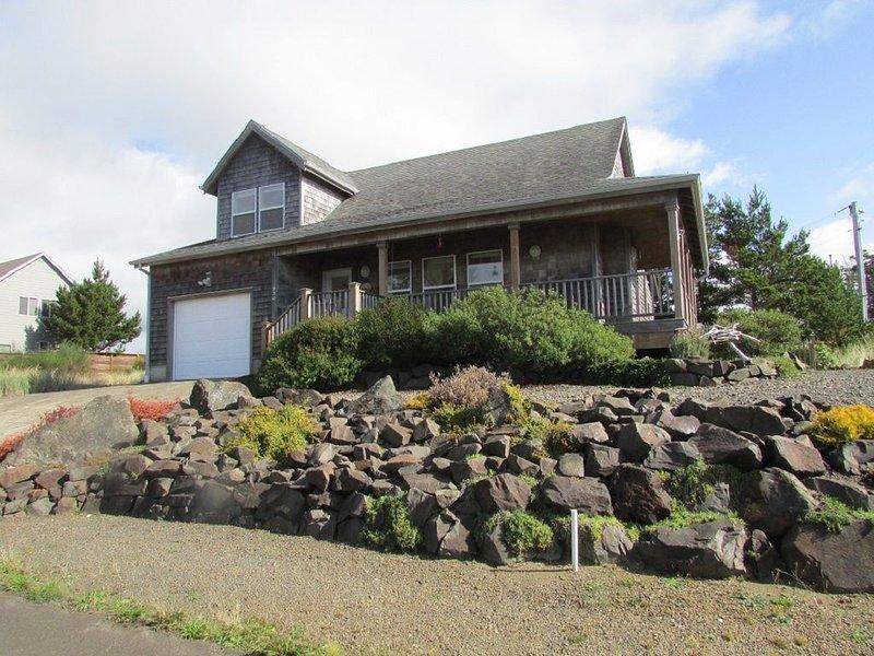 Manzanita SunCatcher, wrap around deck & fireplace. Quiet spot near State Park, location de vacances à Wheeler