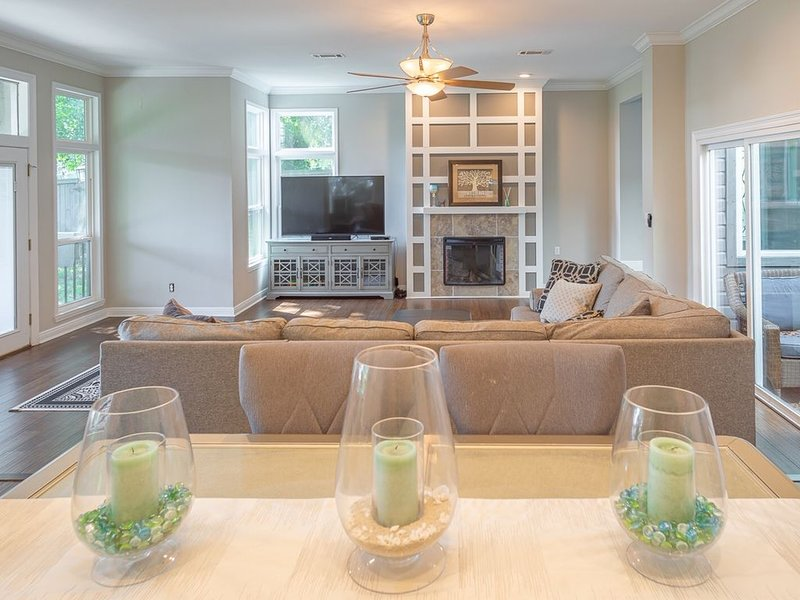 Midtown Modern Mansion with Bay Views, holiday rental in Milton