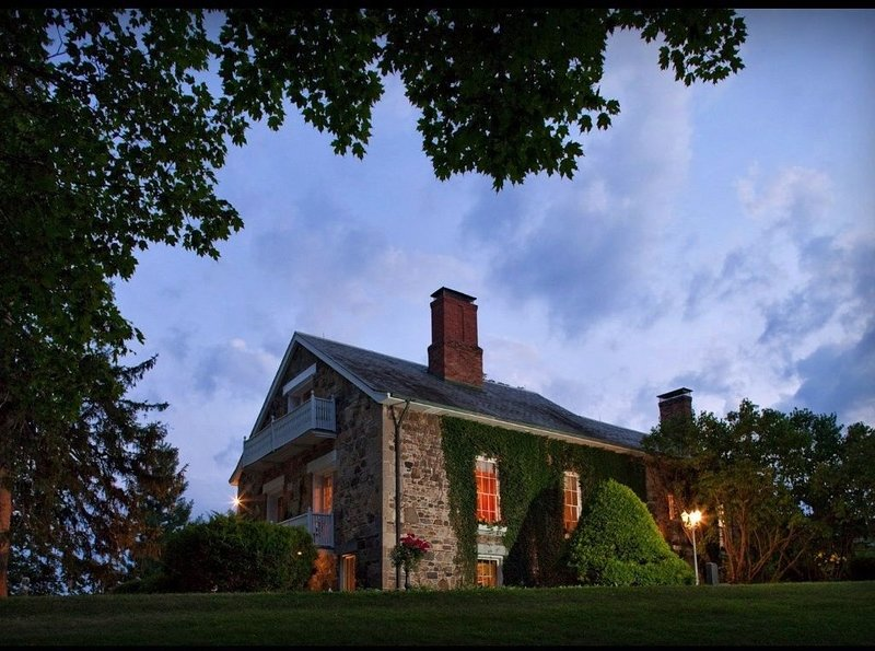Secluded European Style 1810 Mansion minutes to the lake, sleeps 10-15, holiday rental in Fairport