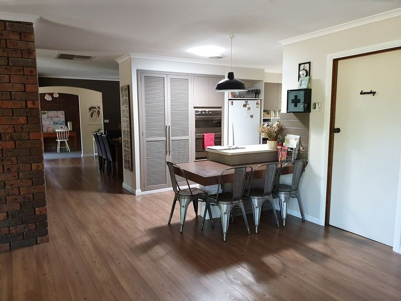 Large Modern House, Located near the Town Centre., holiday rental in Murtoa