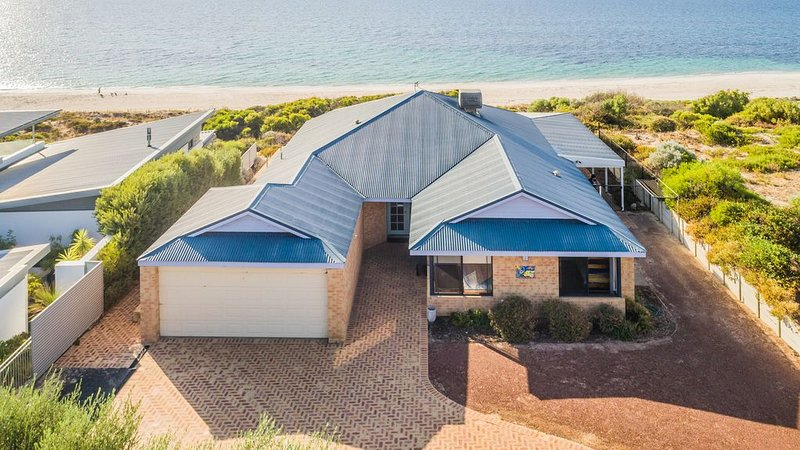 Oceanside relaxing beach front views. Wifi .  Light spacious for shared times, holiday rental in Bunbury
