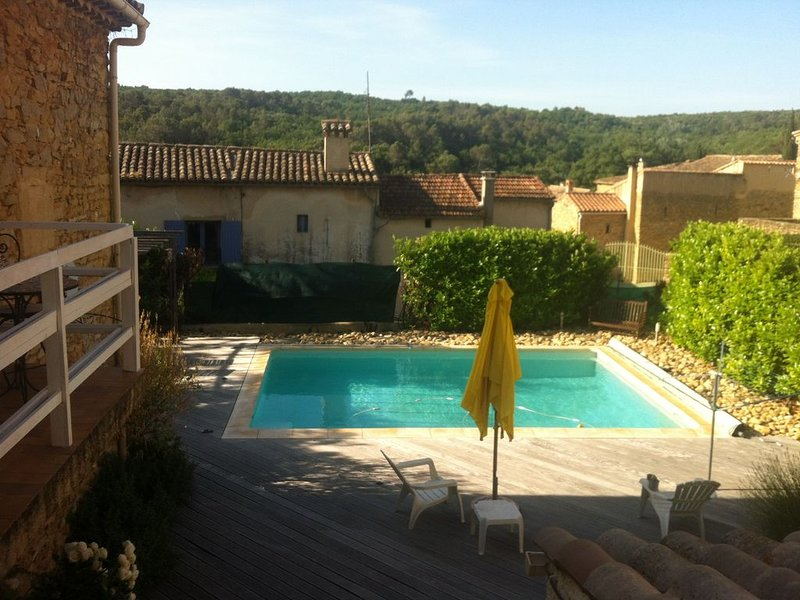Beautiful village house with private garden and heated pool, pet friendly, casa vacanza a Cavillargues