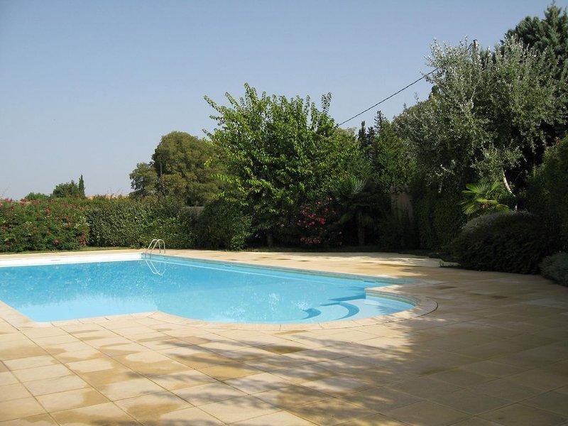 Pavillon dans résidence sécurisée avec Piscine et Tennis, vacation rental in Saint-Martin-de-Crau