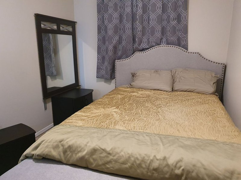 Private  room in a 2bdr apartment, holiday rental in Pickering