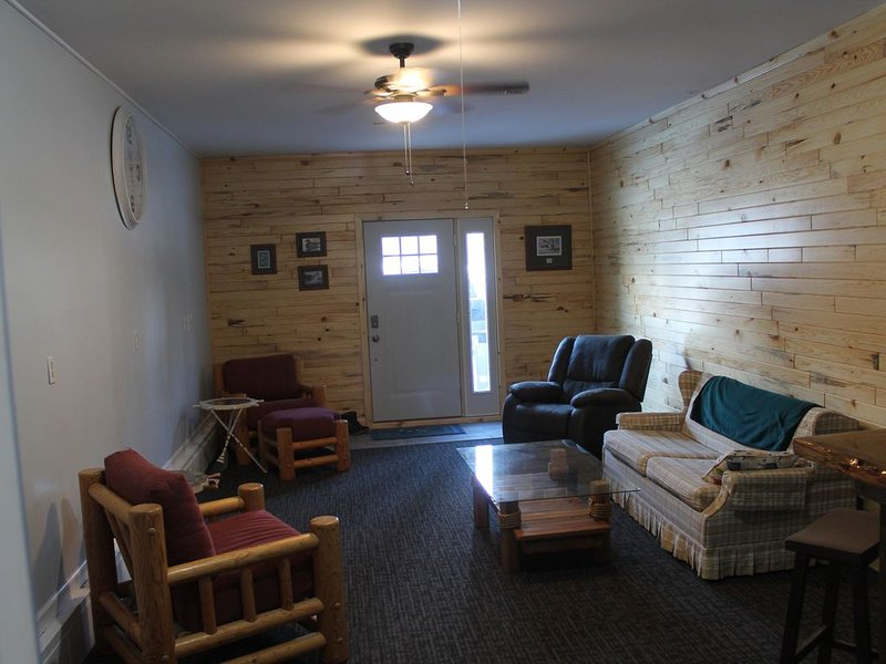 Knotty Pine Retreat at Hubbard Lake with private deeded lake access steps away, vacation rental in Black River