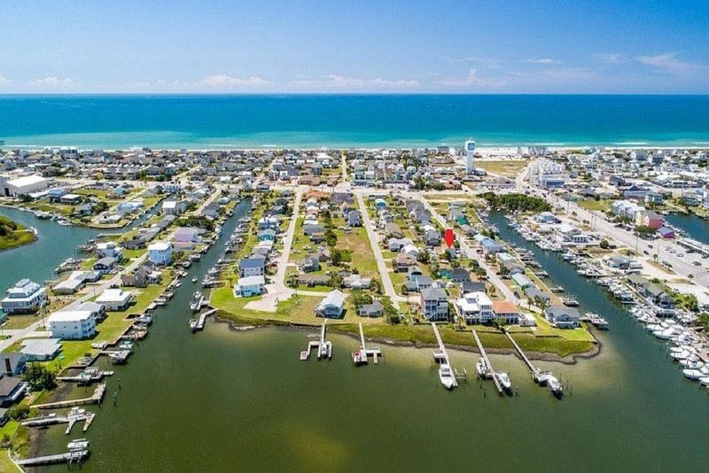 Beach Getaway in the HEART of Atlantic Beach *Newly Renovated*, holiday rental in Morehead City
