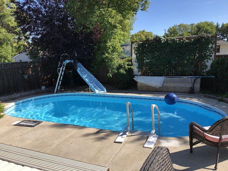 Backyard oasis awaits. Enjoy your stay., alquiler de vacaciones en Winnipeg