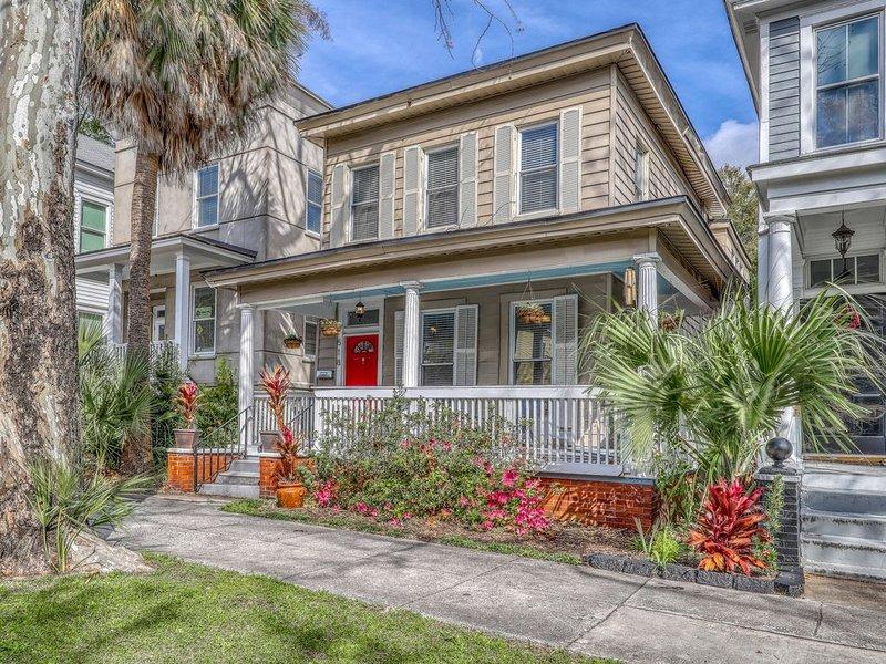 Upper duplex unit blocks from historic district - near dining/parks, vacation rental in Thunderbolt