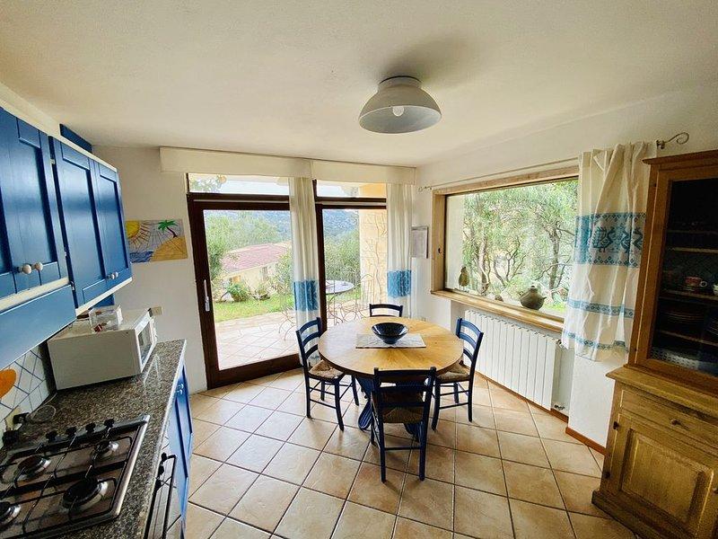 San Pantaleo, Sardegna, grande appartamento in zona relax molto curato e sicuro, location de vacances à San Pantaleo