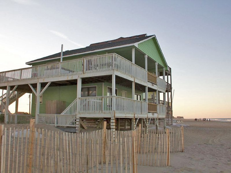 One of a kind! Oceanfront beach house with million dollar views and a hot tub, casa vacanza a Rodanthe