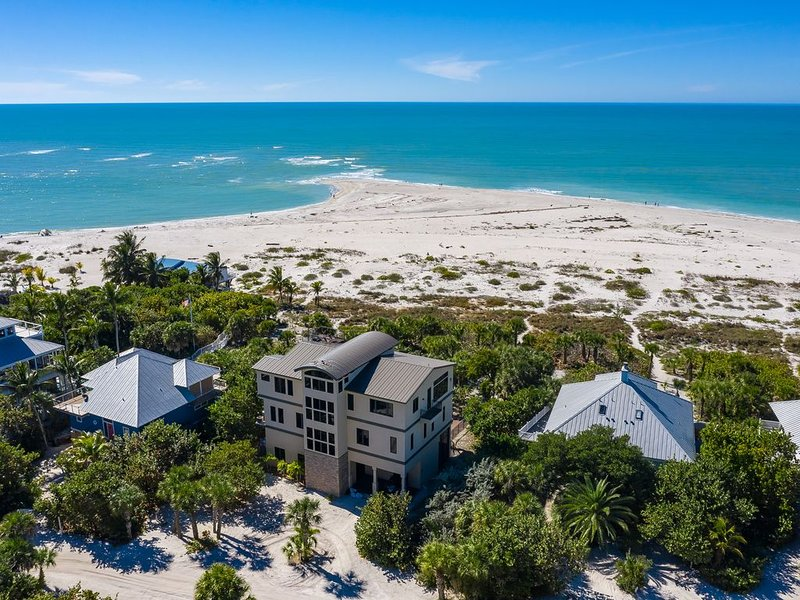 BEAUTY & THE BEACH - LUXE BEACHFRONT MANSION, WEDDINGS, HEATED POOL, BOAT SLIP, holiday rental in Pineland