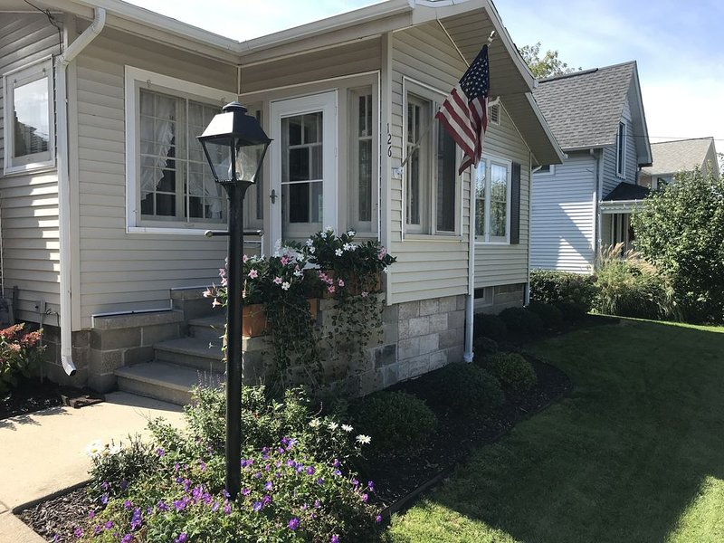 Charming Bungalow Superior Street, Only 2 Blocks To Beach & Town, location de vacances à South Haven