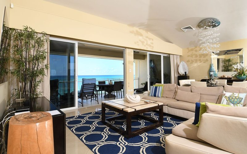 Luxurious Condo on 7 Mile Beach, Expansive Beach/Water Views, 5star Decor, holiday rental in Seven Mile Beach