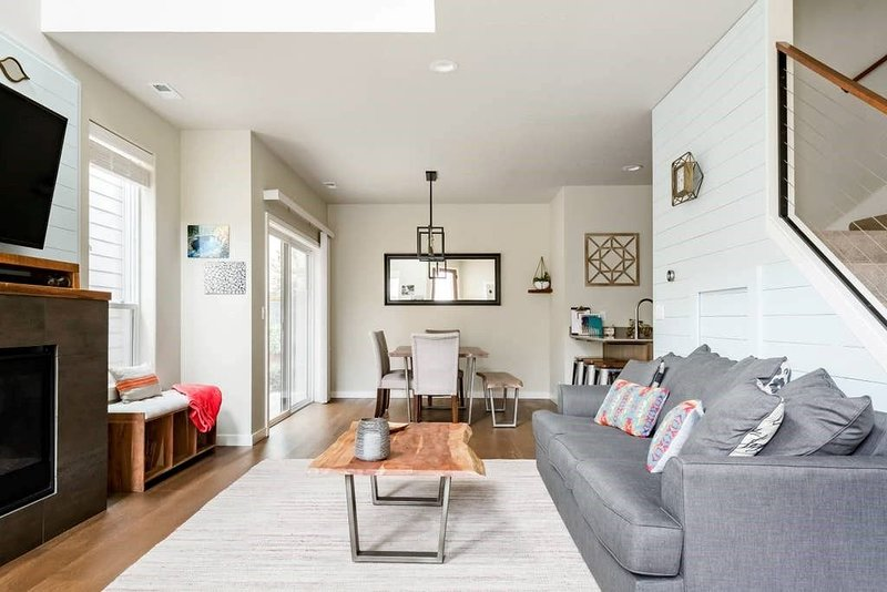 THE PENDLETON - 4BR 3 BA // MODERN // NEW // LIGHT & BRIGHT // LUXURY VACATION R, holiday rental in Eugene
