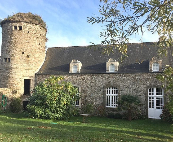 Manoir historique à 2,5km de la mer et du site magique d'Hatainville, vacation rental in Surtainville