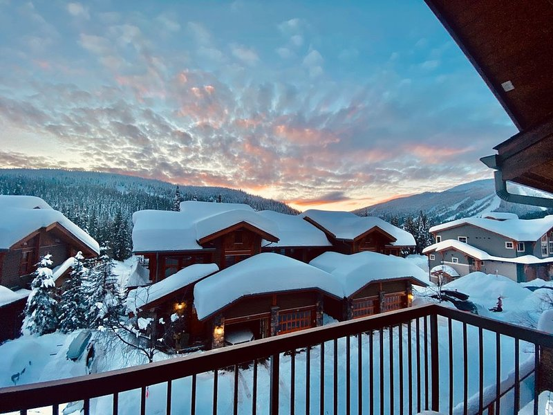 Ski Chalet - Ski-in/out & Private Hot Tub, holiday rental in Pritchard
