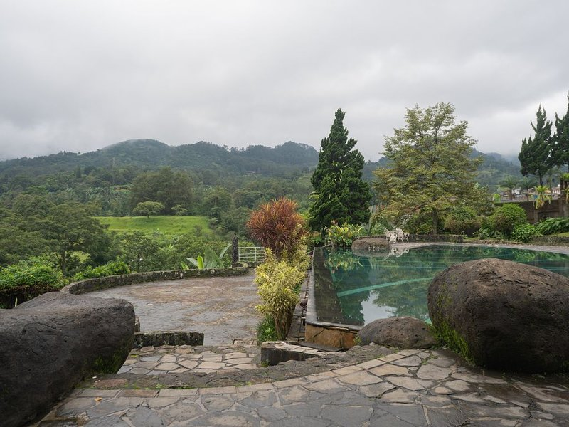 PUNCAK 3-5BR VILLA WITH PRIV. POOL, MOUNTAIN VIEW, NEAR SAFARI & BOTANIC GARDENS, holiday rental in Cipanas