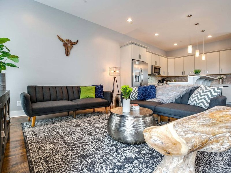 50% DISCOUNT!!! Nashville MEGA Home! *Sleeps 20* 2 Private Patios, holiday rental in Whites Creek