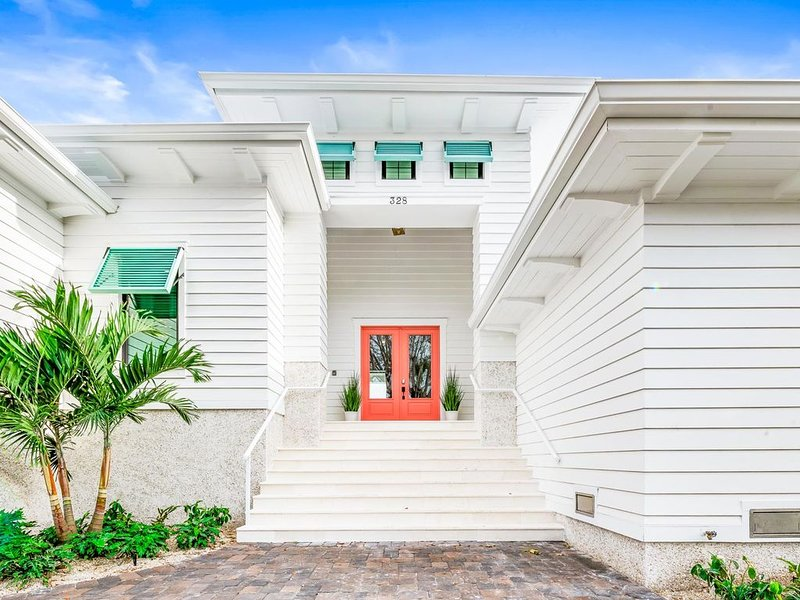 BRAND NEW HOME! 50,000 Gallon Heated Pool-Walking Distance to St. Armand's!, holiday rental in Lido Key
