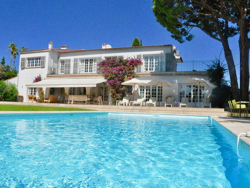 Large villa near beach, restaurants and shops: sleeps 15 with large pool, holiday rental in Cap d'Antibes